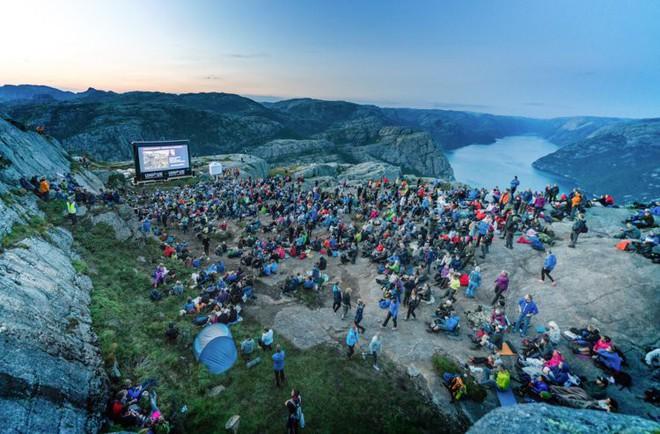 2000 fan hâm mộ đã xem Mission: Impossible - Fallout ở vách núi dựng đứng cao 609m, nơi cảnh hành động lớn nhất diễn ra - Ảnh 2.