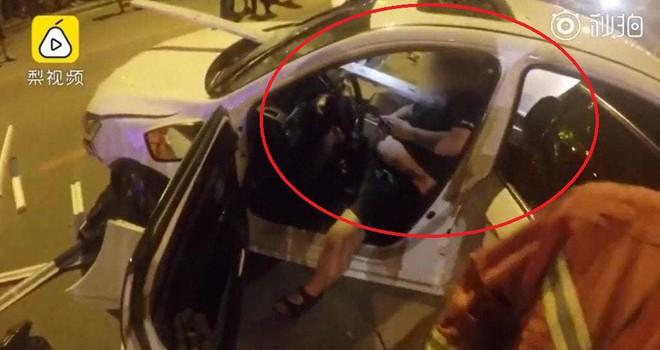 Bị thanh barie dài 4m đâm xuyên ngực, tài xế Trung Quốc vẫn bình thản chơi Wechat chờ cứu hộ - Ảnh 2.