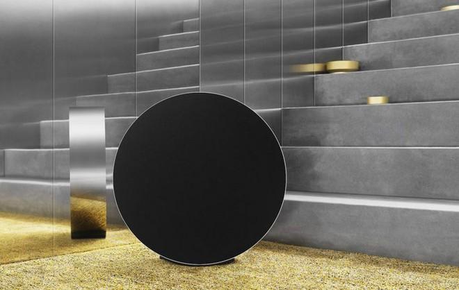 Bang & Olufsen tung mẫu loa Beosound Edge mới, thiết kế hình tròn giống bánh xe, có thể treo tường dễ dàng - Ảnh 1.