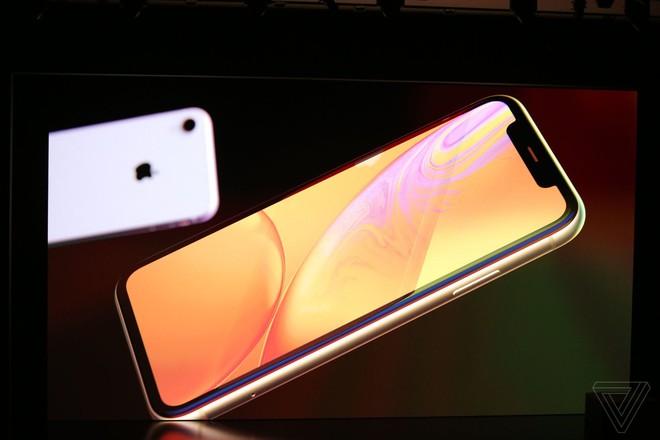 iPhone Xr chính thức ra mắt: Nhiều trang bị giống hệt iPhone Xs, cũng có Face ID, sặc sỡ hơn, giá 749 USD - Ảnh 1.