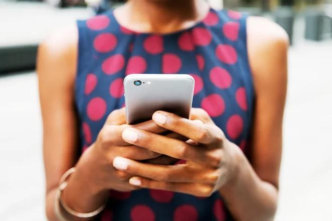 iPhone mới bị phụ nữ chỉ trích vì trọng nam khinh nữ, quá to - Ảnh 3.