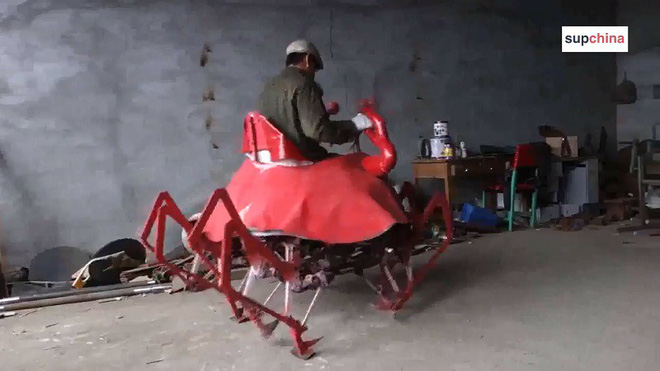 Bác nông dân Trung Quốc vừa chế ra xe hình con cua, biết bò tới bò lui nhưng hơi xóc - Ảnh 2.