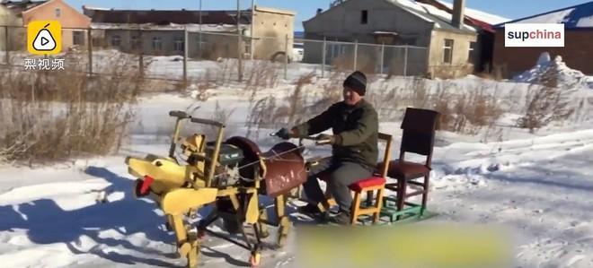 Bác nông dân Trung Quốc vừa chế ra xe hình con cua, biết bò tới bò lui nhưng hơi xóc - Ảnh 6.