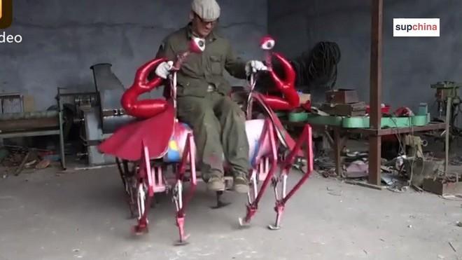 Bác nông dân Trung Quốc vừa chế ra xe hình con cua, biết bò tới bò lui nhưng hơi xóc - Ảnh 3.