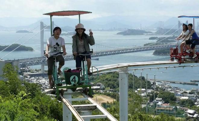 Phải là người bạo gan lắm mới dám đạp xe trên đường ray cao tới hàng chục mét này tại Nhật Bản - Ảnh 10.