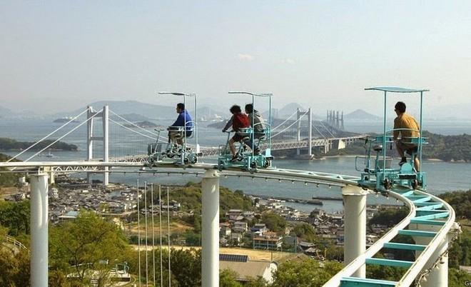 Phải là người bạo gan lắm mới dám đạp xe trên đường ray cao tới hàng chục mét này tại Nhật Bản - Ảnh 1.
