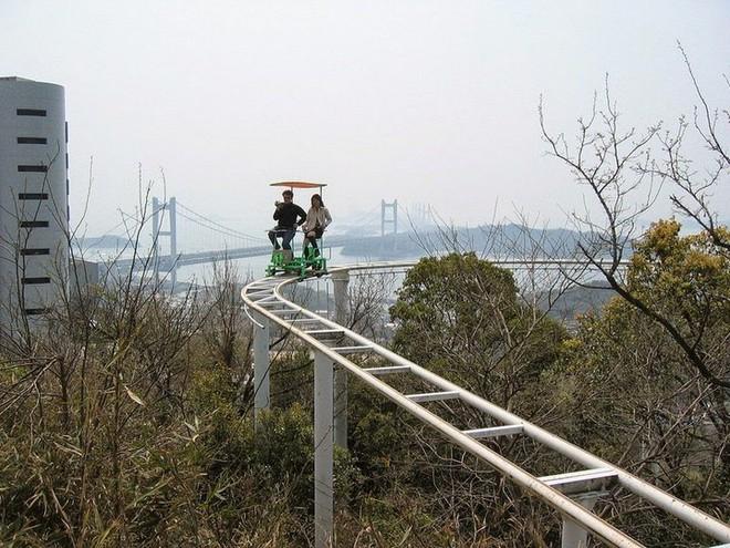 Phải là người bạo gan lắm mới dám đạp xe trên đường ray cao tới hàng chục mét này tại Nhật Bản - Ảnh 7.