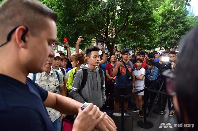 Fanboy Apple từ Việt Nam xếp hàng 24 tiếng để mua iPhone XS lên báo nước ngoài: Mình không thấy mệt tí gì cả! - Ảnh 2.