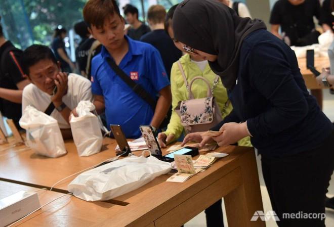 Fanboy Apple từ Việt Nam xếp hàng 24 tiếng để mua iPhone XS lên báo nước ngoài: Mình không thấy mệt tí gì cả! - Ảnh 6.