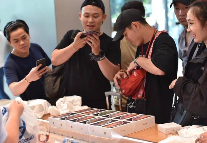 Fanboy Apple từ Việt Nam xếp hàng 24 tiếng để mua iPhone XS lên báo nước ngoài: Mình không thấy mệt tí gì cả! - Ảnh 8.