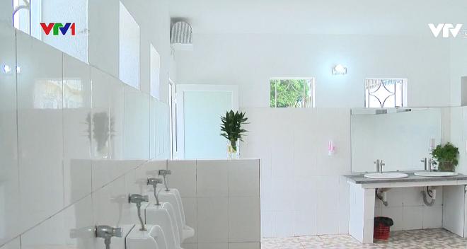 Nhà vệ sinh xịn như khách sạn 5 sao của học sinh Quảng Ninh: Bên ngoài là dàn hoa ngát hương, bước vào trong nhạc du dương tự động bật - Ảnh 1.