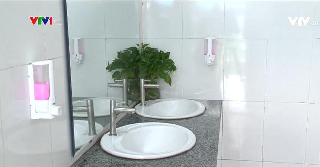 Nhà vệ sinh xịn như khách sạn 5 sao của học sinh Quảng Ninh: Bên ngoài là dàn hoa ngát hương, bước vào trong nhạc du dương tự động bật - Ảnh 2.