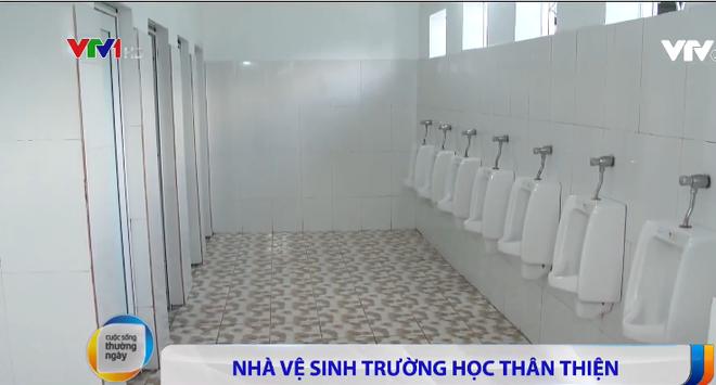 Nhà vệ sinh xịn như khách sạn 5 sao của học sinh Quảng Ninh: Bên ngoài là dàn hoa ngát hương, bước vào trong nhạc du dương tự động bật - Ảnh 3.