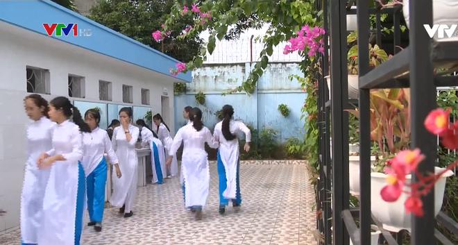 Nhà vệ sinh xịn như khách sạn 5 sao của học sinh Quảng Ninh: Bên ngoài là dàn hoa ngát hương, bước vào trong nhạc du dương tự động bật - Ảnh 5.