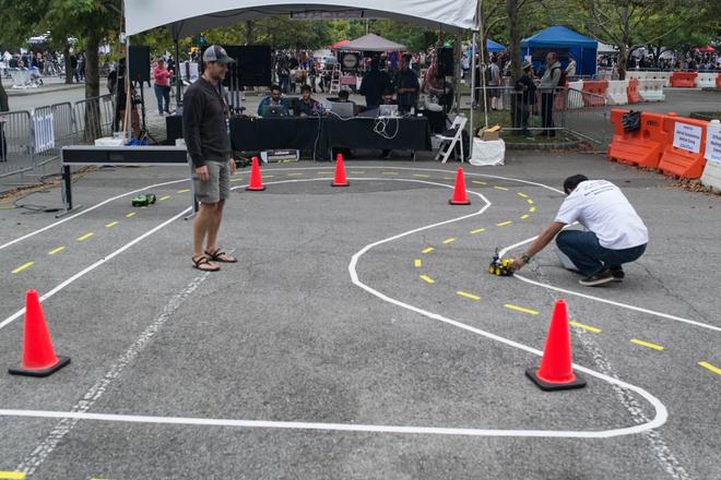 Những thứ đồ hay ho nhất hội chợ đồ tự chế DIY: từ cánh tay robot khổng lồ nghiền nát ô tô, tới thiết bị sạc pin bằng cách đi bộ - Ảnh 17.