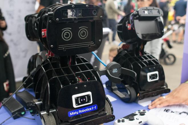 Những thứ đồ hay ho nhất hội chợ đồ tự chế DIY: từ cánh tay robot khổng lồ nghiền nát ô tô, tới thiết bị sạc pin bằng cách đi bộ - Ảnh 21.