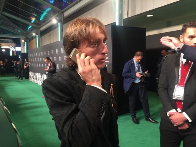Mặc kệ XS Max, Modric giành giải Cầu thủ xuất sắc nhất năm của FIFA vẫn dùng iPhone 5S - Ảnh 1.