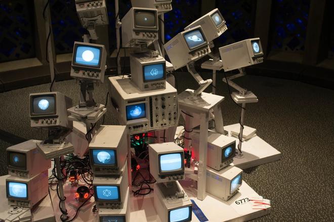 Những thứ đồ hay ho nhất hội chợ đồ tự chế DIY: từ cánh tay robot khổng lồ nghiền nát ô tô, tới thiết bị sạc pin bằng cách đi bộ - Ảnh 6.