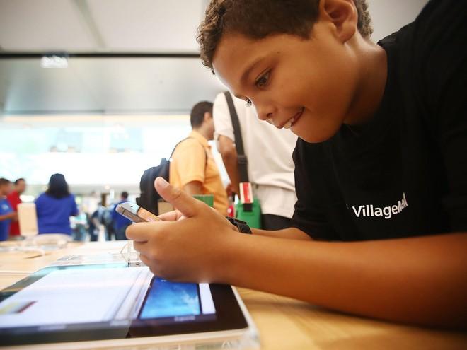 Những đứa trẻ chưa đầy 7 tuổi tìm ra cách hack tính năng giới hạn thời gian của Apple, để chơi game trên iPhone mà không bị quản lý - Ảnh 1.
