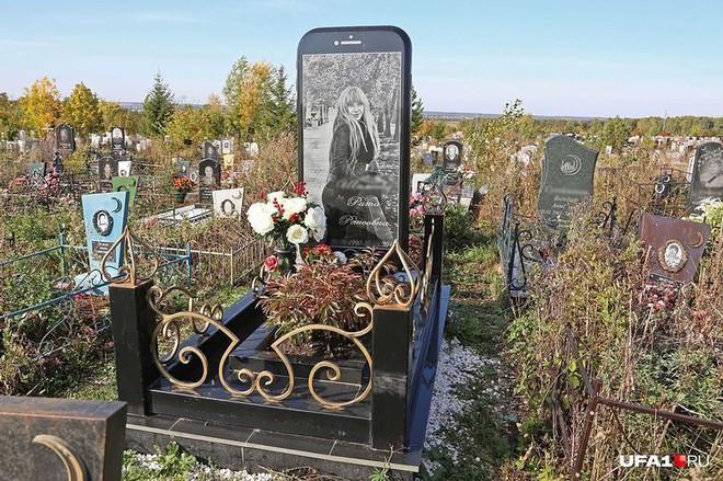Nga: Cô gái được gia đình dựng bia mộ hình cái iPhone 7 cao một mét rưỡi sau khi qua đời - Ảnh 1.