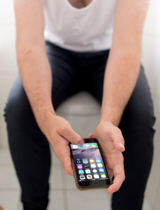 Đàn ông Anh phải trốn vào WC chơi smartphone khoảng 7 giờ/năm vì stress quá - Ảnh 2.