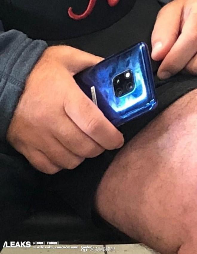 Huawei Mate 20 Pro bằng xương bằng thịt xuất hiện trên tàu điện ngầm - Ảnh 1.