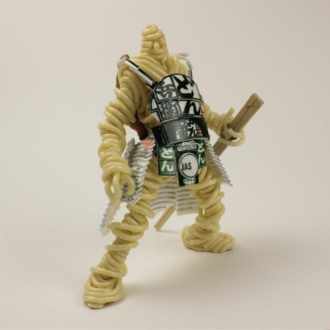Thích thú với mô hình chiến binh được người nghệ sĩ Nhật Bản tạo nên từ mỳ ăn liền - Ảnh 1.