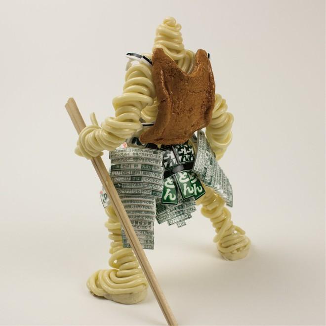 Thích thú với mô hình chiến binh được người nghệ sĩ Nhật Bản tạo nên từ mỳ ăn liền - Ảnh 2.