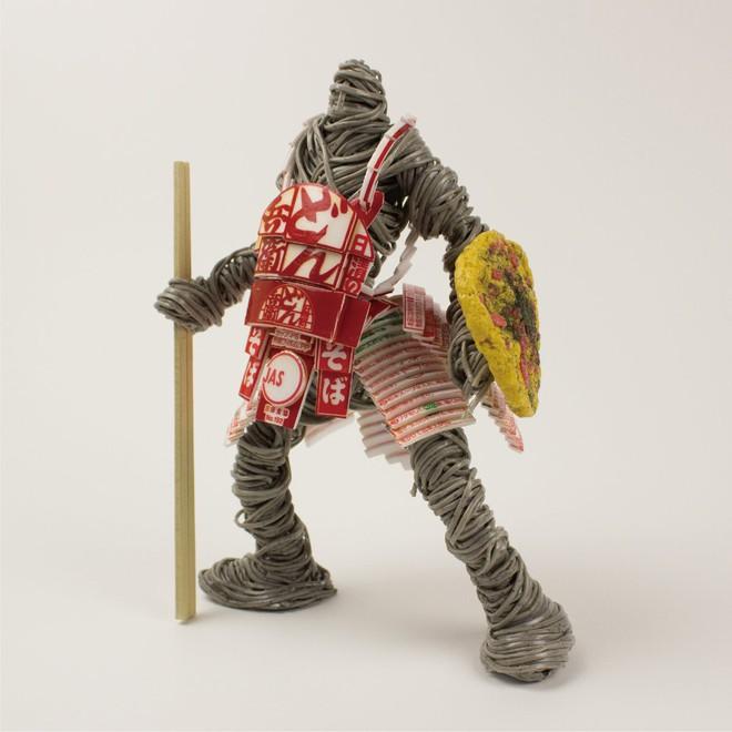 Thích thú với mô hình chiến binh được người nghệ sĩ Nhật Bản tạo nên từ mỳ ăn liền - Ảnh 3.