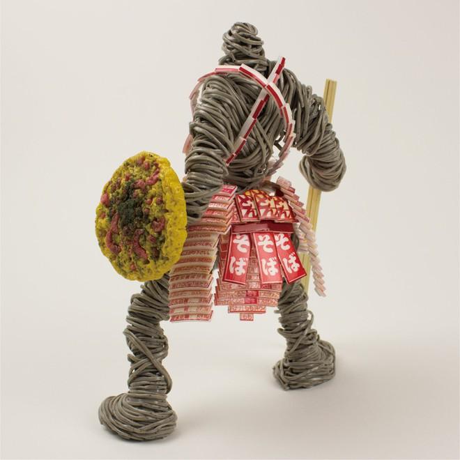 Thích thú với mô hình chiến binh được người nghệ sĩ Nhật Bản tạo nên từ mỳ ăn liền - Ảnh 4.