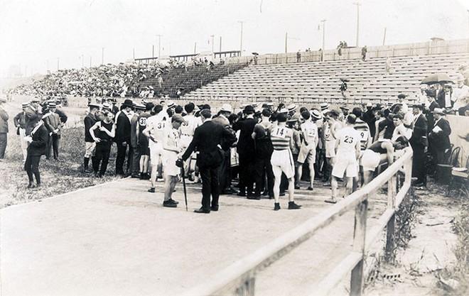Không cho VĐV uống nước, bắt nuốt thuốc chuột thay doping và những bí mật động trời tại marathon Olympic 1904 - Ảnh 3.