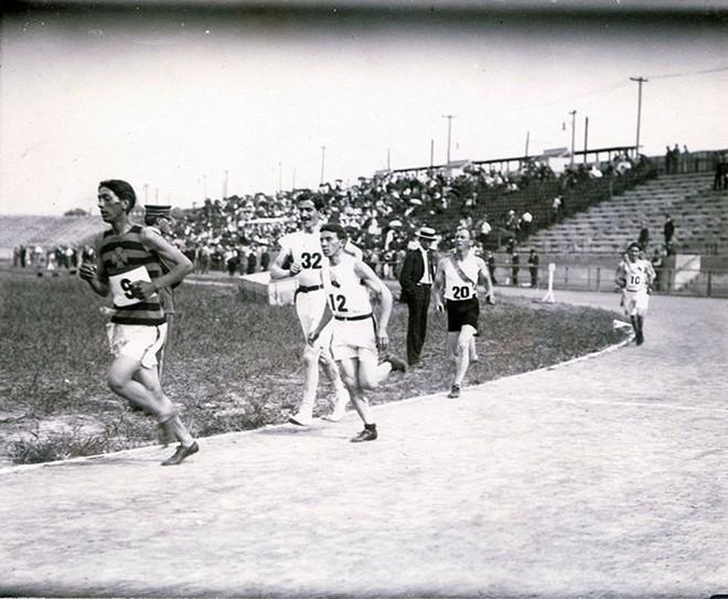 Không cho VĐV uống nước, bắt nuốt thuốc chuột thay doping và những bí mật động trời tại marathon Olympic 1904 - Ảnh 4.