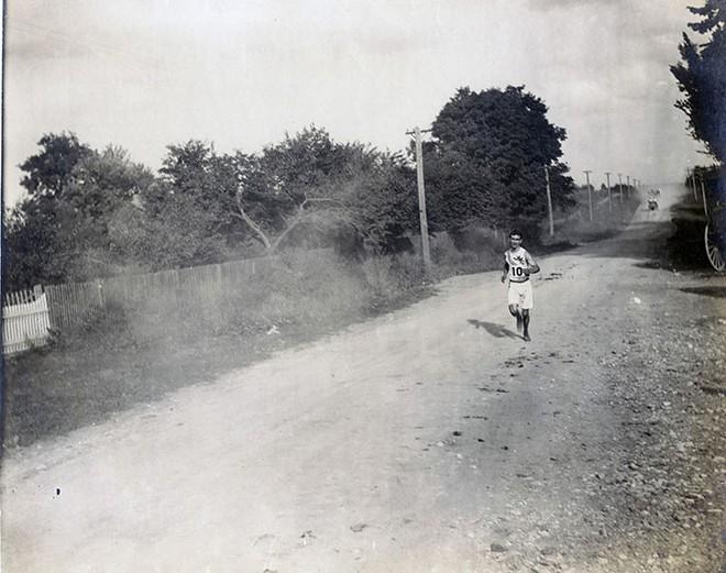 Không cho VĐV uống nước, bắt nuốt thuốc chuột thay doping và những bí mật động trời tại marathon Olympic 1904 - Ảnh 7.