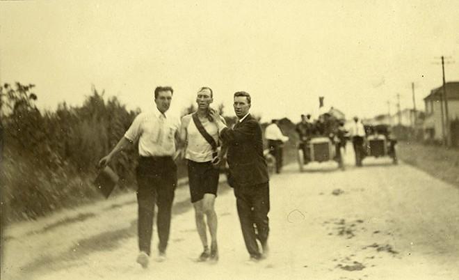 Không cho VĐV uống nước, bắt nuốt thuốc chuột thay doping và những bí mật động trời tại marathon Olympic 1904 - Ảnh 12.