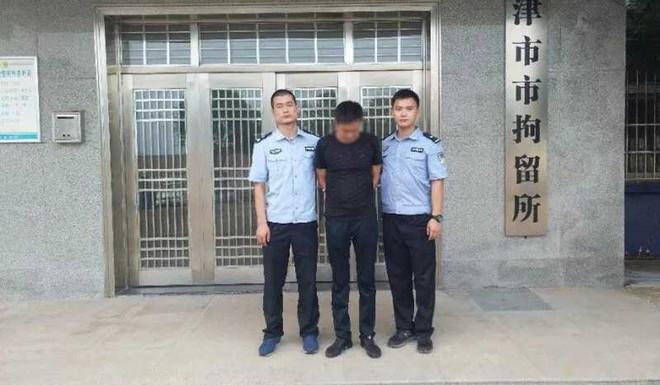 Đang bực lại phải đợi lâu, tài xế Trung Quốc vật đổ cột đèn giao thông rồi bị giam 5 ngày - Ảnh 3.