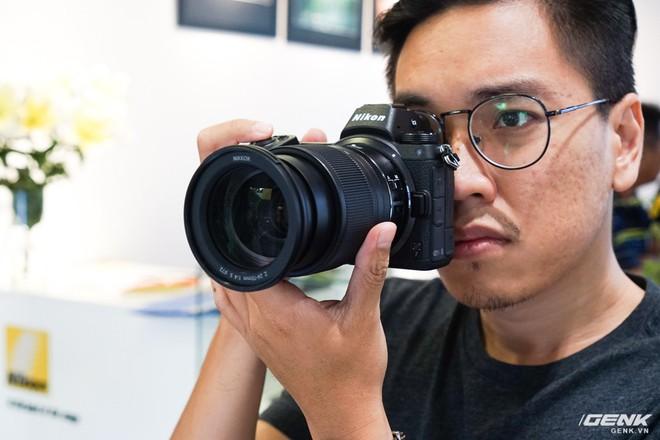 Trên tay nhanh hàng nóng Z7 - Chiếc máy ảnh không gương lật Full-frame đầu tiên của Nikon - Ảnh 1.