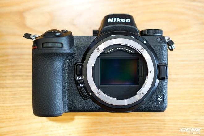 Trên tay nhanh hàng nóng Z7 - Chiếc máy ảnh không gương lật Full-frame đầu tiên của Nikon - Ảnh 3.