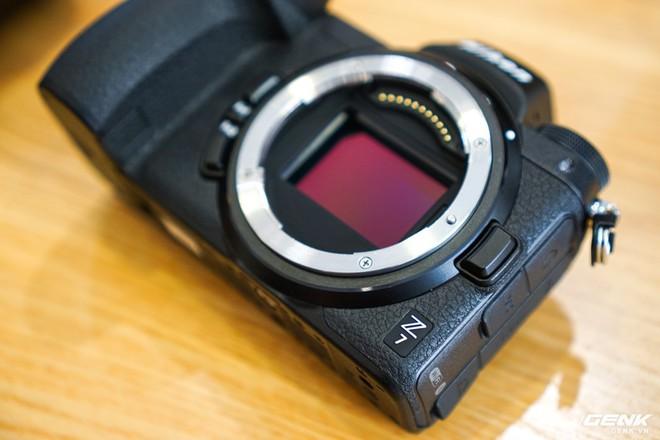 Trên tay nhanh hàng nóng Z7 - Chiếc máy ảnh không gương lật Full-frame đầu tiên của Nikon - Ảnh 4.