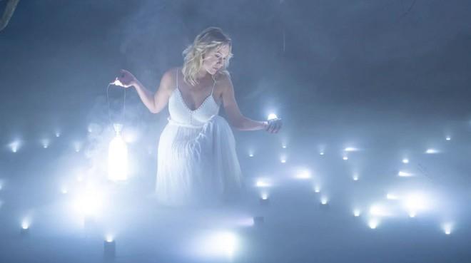 Buổi chụp hình ảo diệu sử dụng tới 100 đèn LED siêu nhỏ - Ảnh 1.