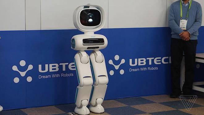[CES 2018] Ubtech Walker là một chú robot không tay nhưng cực kỳ hay - Ảnh 1.