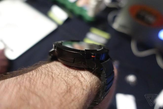 [CES 2018] Chiếc smartwatch này có thể tự sạc bằng nhiệt độ cơ thể của bạn hoặc bằng năng lượng mặt trời - Ảnh 3.
