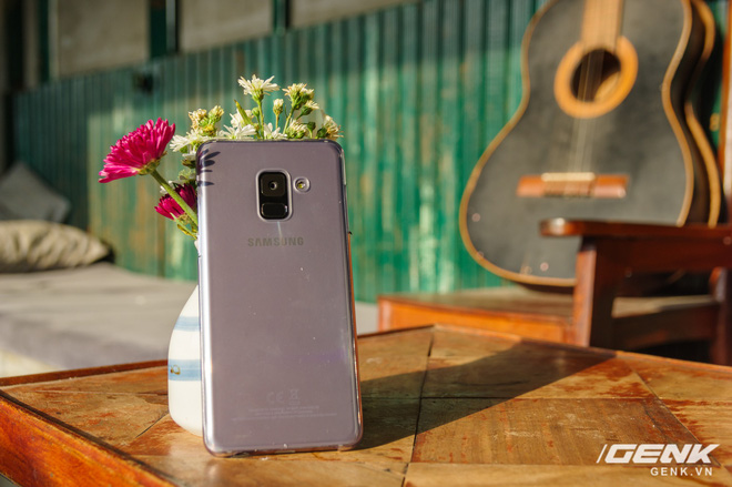 Mở hộp Galaxy A8 (2018) chính hãng giá 10,99 triệu đồng: màu Tím Bạc cực đẹp! - Ảnh 3.