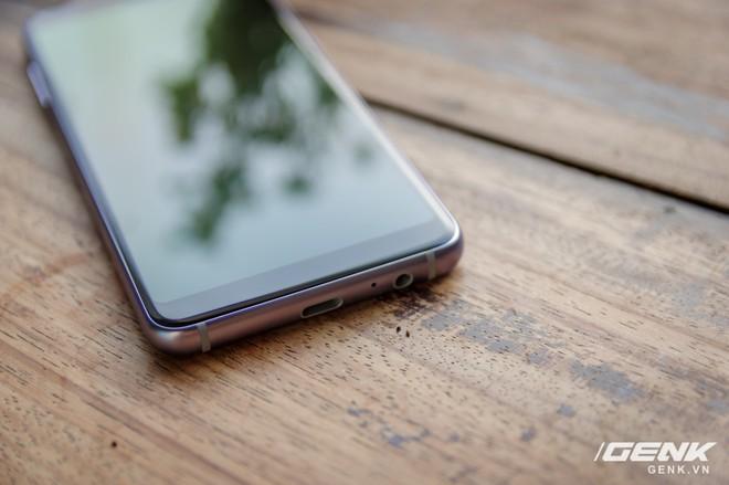 Mở hộp Galaxy A8 (2018) chính hãng giá 10,99 triệu đồng: màu Tím Bạc cực đẹp! - Ảnh 11.