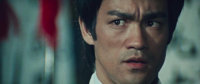 [Giải trí buổi chiều] Với côn nhị khúc lightsaber, Lý Tiểu Long thừa sức hủy diệt toàn bộ kẻ xấu trên trái đất này - Ảnh 2.