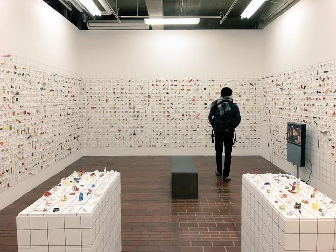 Anh bồi bàn Nhật Bản mở triển lãm Origami nhờ thu nhặt 13.000 vỏ đũa dùng một lần - Ảnh 1.