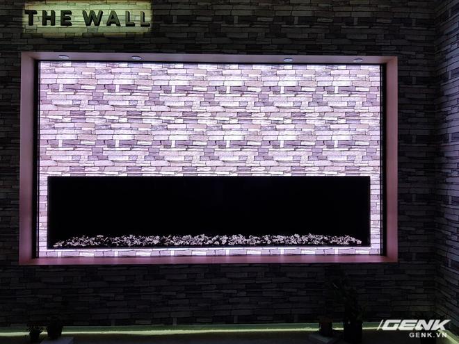 """Không phải ngẫu nhiên mà Samsung đặt tên cho siêu phẩm của mình là """"bức tường"""". Kích thước mặc định của chiếc TV này là 146 inch - lớn nhất trên thị trường hiện này và không khác gì một bức tường vĩ đại thực sự."""