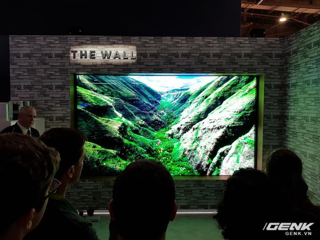 The Wall sẽ sở hữu màn hình công nghệ micro LED - phiên bản nâng cấp hoàn hảo của màn OLED vốn đang rất thịnh hành hiện nay. Trên thực tế, micro LED đã tồn tại từ nhiều năm trước đây nhưng vẫn còn gặp nhiều hạn chế về khâu sản xuất cũng như giá thành. Và phải đến bây giờ, Samsung mới là người tiên phong đưa công nghệ này đến gần hơn với người dùng.