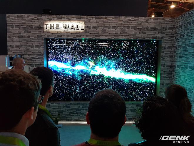 Nhờ kế thừa toàn bộ ưu điểm của màn OLED, The Wall sở hữu khả năng hiển thị hình ảnh cực kỳ xuất sắc với độ tương phản cao, màu sắc chân thực và sinh động. Bên cạnh đó, công nghệ micro LED còn giúp chiếc TV này tiết kiệm điện năng hơn rất nhiều so với OLED (giả sử nếu TV OLED 146 inch thực sự tồn tại) mà vẫn đảm bảo trải nghiệm người dùng.