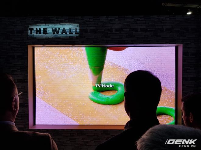 """Người dùng cũng có thể linh hoạt chuyển đổi giữa hai chế độ TV và """"bức tường"""". Với chế độ TV, The Wall sẽ mang đến những trải nghiệm nghe nhìn đẳng cấp nhất và tạo ra cảm giác như trong một rạp chiếu phim thực sự."""