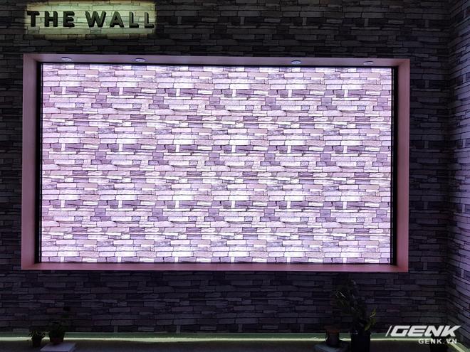 """Còn với chế độ """"bức tường"""", màn hình TV sẽ trở nên tĩnh lặng như hòa làm một với bức tường ở phía sau cũng như không gian xung quanh, cực kỳ tinh tế và sang trọng."""